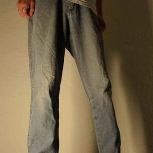 Wrangler Jeans i bra kvalité, ett litet hål i bakfickan.