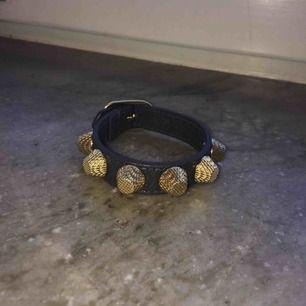 Balenciaga armband i grått och guld storlek S Inga tecken på slitage  Möts upp i Stockholm city och Nacka, annars står köparen för frakt:)
