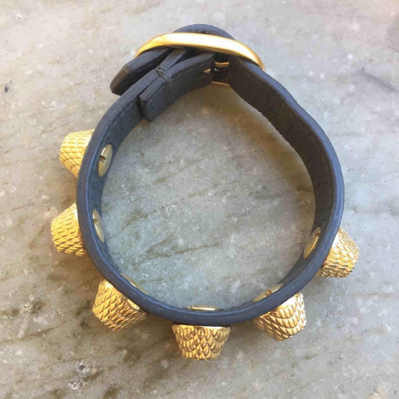 Balenciaga armband i grått och guld storlek S Inga tecken på slitage  Möts upp i Stockholm city och Nacka, annars står köparen för frakt:). Accessoarer.