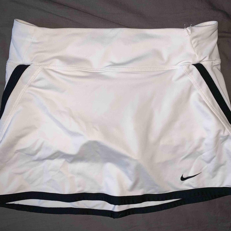 Tenniskjol från Nike. den visar storlek M men sitter mer som en xs/s. Kjolar.