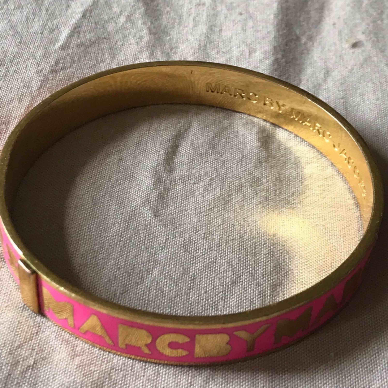 Äkta Marc Jacobs armband  Möts upp i Stockholm city, annars står köparen för frakt:). Accessoarer.