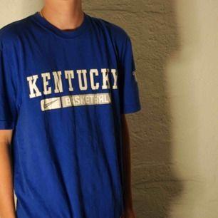 En ytterat fin t-shirt från Nike/Kentucky basketball i väldigt bra kvalité.