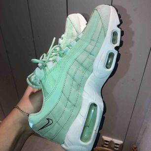 Nike air max 95 premium, använda endast 2/3 gånger men lyckats bli lite smutsiga! Går att få bort i tvätt bland annat men har ej provat pga för små så de har bara stått på hyllan! Säljs därför billigt! Små i storleken skulle jag säga 😸