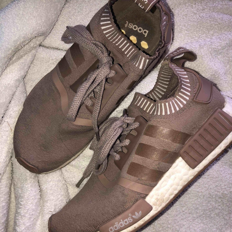 Skor Adidas nmd runner pk , säljer för dom är för stora för mig köpa förra året för 1700kr på zalando . Skor.