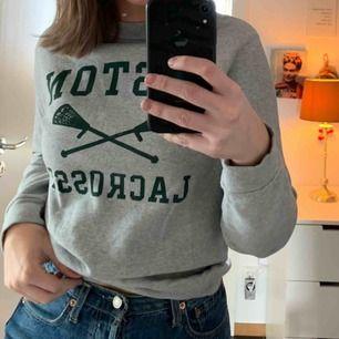 Jättemysig sweatshirt med tryck! Aldrig använd å i gott skick. Frakt tillkommer men pris kan diskuteras. Prioriterar snabb affär 😇 ( skulle passa en S också )