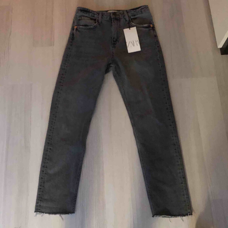 Helt nya jeans från Zara med lappen på! Köpa här på plick, så fina men passade tyvärr inte mig.. Jeans & Byxor.