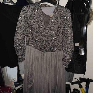Maya klänning använd 1 gång. Den är som ny  Orginalpris är 908kr frakt tillkommer