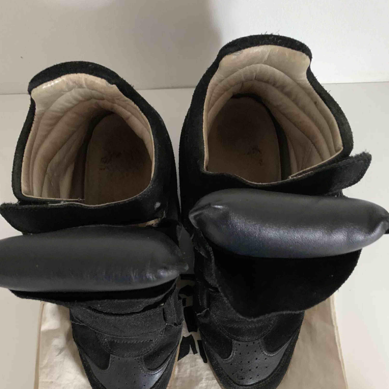 Ett par svarta Isabel Marant! Har använt något år så de är lite slitna! Priset kan diskuteras😊 både orginalpåse och orginalkartong finns! Frakt tillkommer👍🏼. Övrigt.