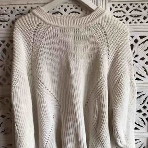Vanilj vit oversize tröja från H&M. Mjukt material.