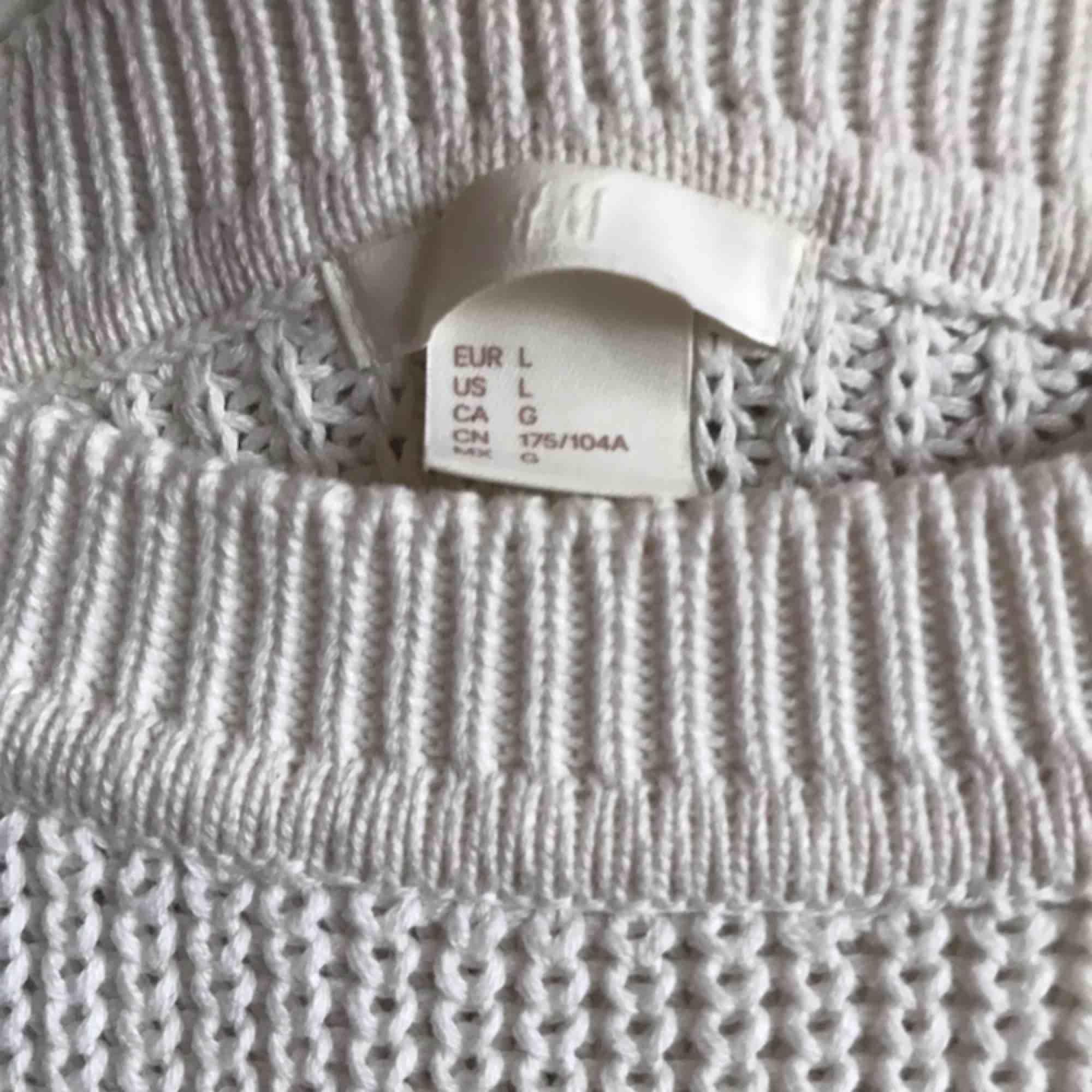 Vanilj vit oversize tröja från H&M. Mjukt material. . Tröjor & Koftor.