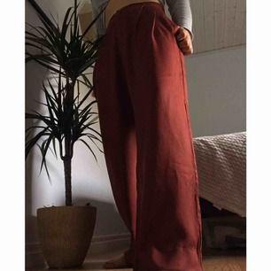 Superfina röda byxor från Lindex som också är ett plagg från deras sustainable choice kollektion. Har haft den ett tag men bara haft på mig dem 2 gånger. Frakt är inräknat i priset🙃