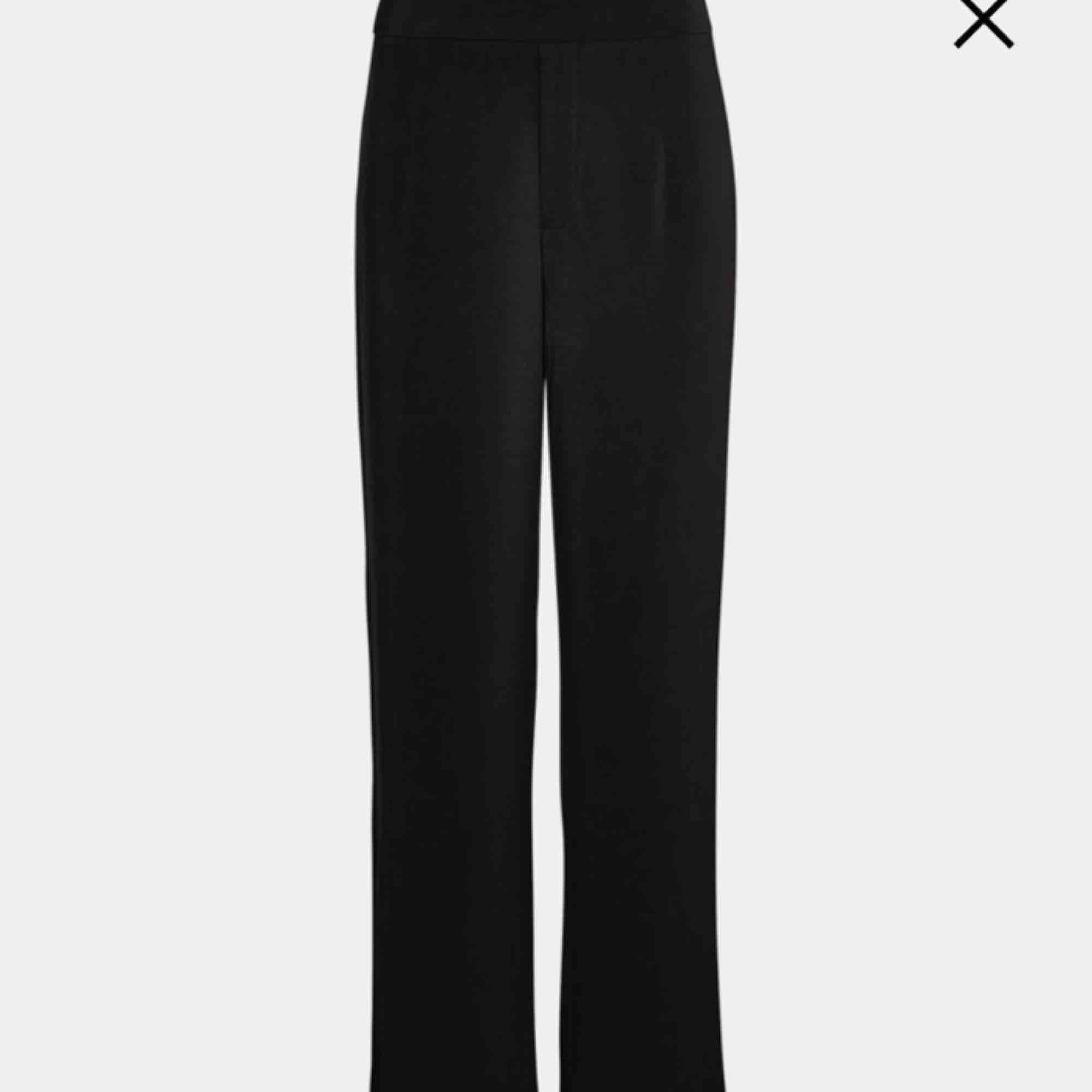 """Skit snygga och populära """"kostymbyxor"""" från bikbok. Dom är verkligen sköna men köpte tyvärr fel storlek 😢 så dom är använda ca 2 gånger. Frakten går på 37kr. Jeans & Byxor."""