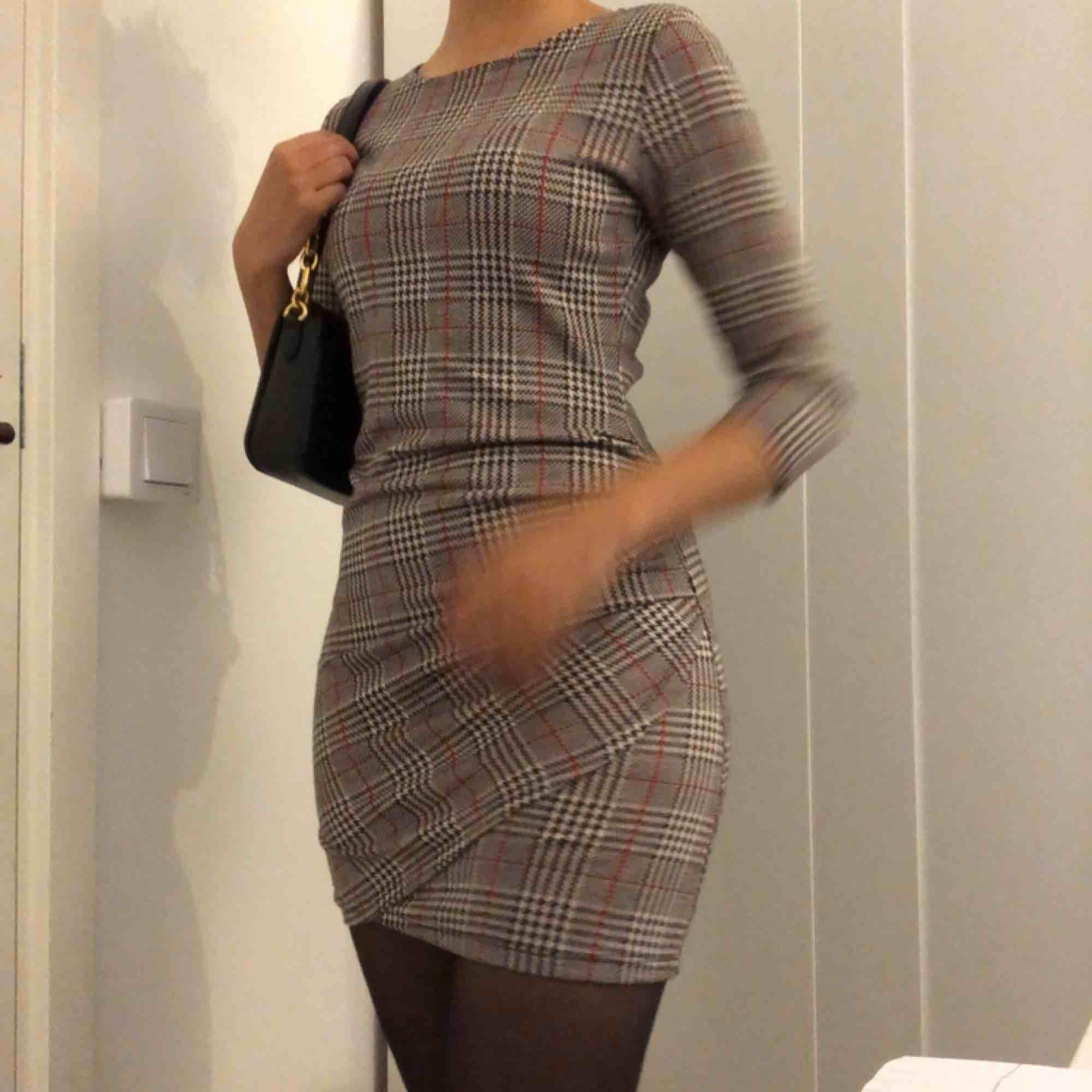 En höstig lite tjockare rutig klänning från mango! Tre kvarts armar med pressveck på nedredel av klänningen. . Klänningar.