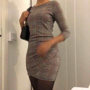 En höstig lite tjockare rutig klänning från mango! Tre kvarts armar med pressveck på nedredel av klänningen.