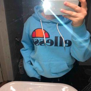 Jättemysig hoodie från ellesse som passar både kille och tjej. Lite stor på mig som är en s/m. Frakt tillkommer