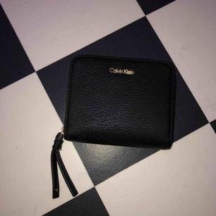 En lite mindre plånbok än dom vanliga vilket är bekvämare. Knappt använd då den inte riktigt är min stil