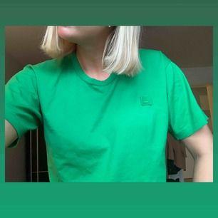 Äkta grön t-shorts från acne studios, storlek S. Knappt använd så den är i nyskick.  Möts upp i Stockholm city, annars står köparen för frakt:)