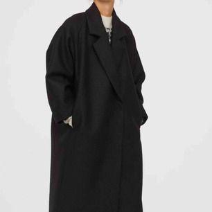 HELT NY kappa från H&M! Premium quality, 100% ull.  Slutsåld på H&Ms hemsida. Strl XS, men är oversized och passar XS-M skulle jag säga. Varit hos skräddaren och sytt in den lite i ryggen.