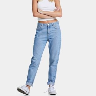 snygga mom jeans köpta från bikbok, nypris 599 kr. Super snygg passform men använder ej löngre! Jeansen sitter längre upp o tightare på mig än va de gör på modellen ovan. Mötas upp i Sthlm eller kund står för frakt.