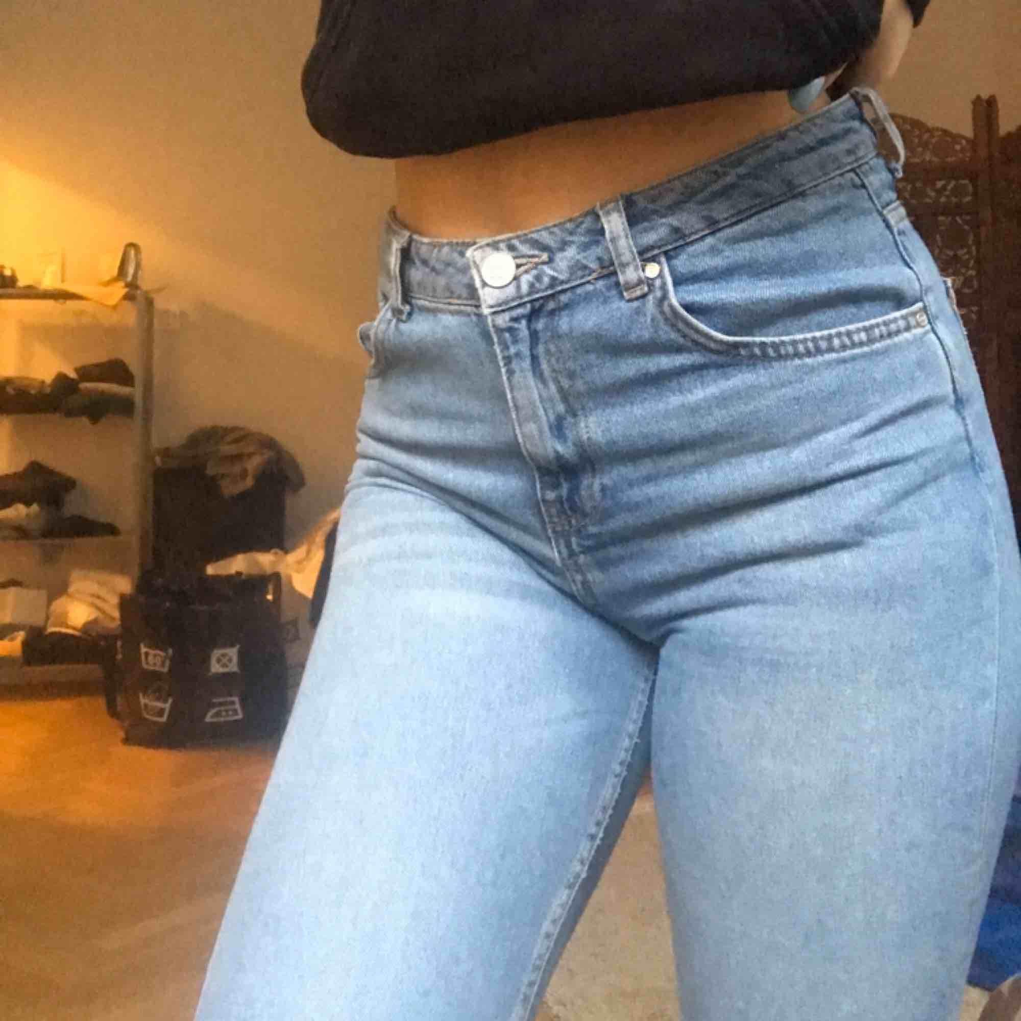 snygga mom jeans köpta från bikbok, nypris 599 kr. Super snygg passform men använder ej löngre! Jeansen sitter längre upp o tightare på mig än va de gör på modellen ovan. Mötas upp i Sthlm eller kund står för frakt.. Jeans & Byxor.