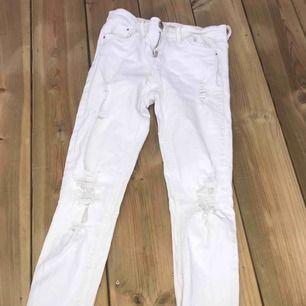 en par håliga vita jeans, från stradivarius. dem är fina i skicket ändas ett litet hål där man har skärpet. pris kan diskuteras!