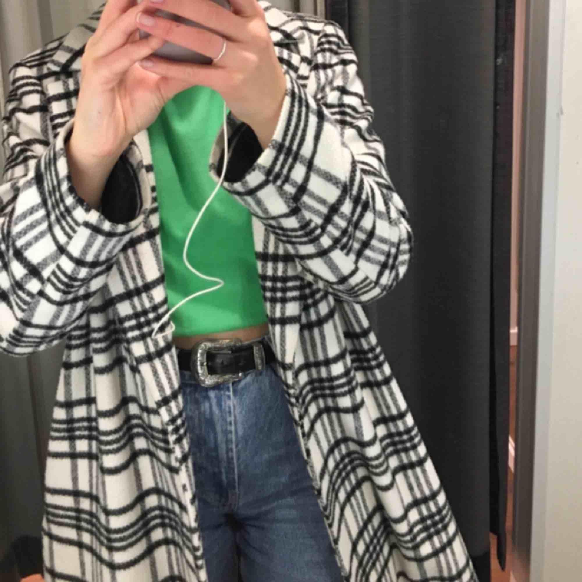 Asfin ullkappa köpt på Hm för 1000kr förra vintern, liten i passform passar mig som är en strl 36/38 har även bälte i midjan i samma färg som ej är med på bild, pris kan prutas för snabb affär! Köparen betalar för ev frakt. Jackor.