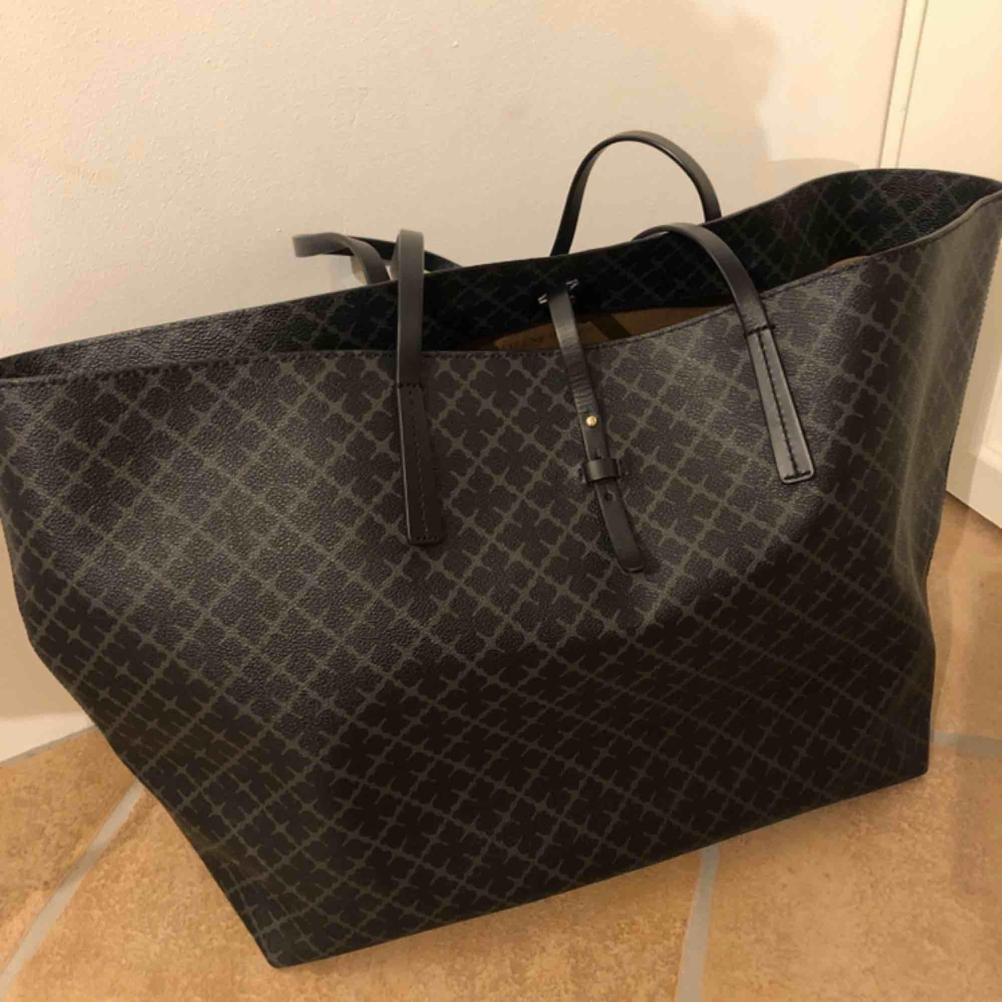 Malene Birger väska, stora modellen. Tror det är den största. Knappt använd och i bra skick, endast ett litet skavmärke (se 3dje bilden). Band att stänga med och att knäppa på mindre väska i.  Inklusive frakt.. Väskor.
