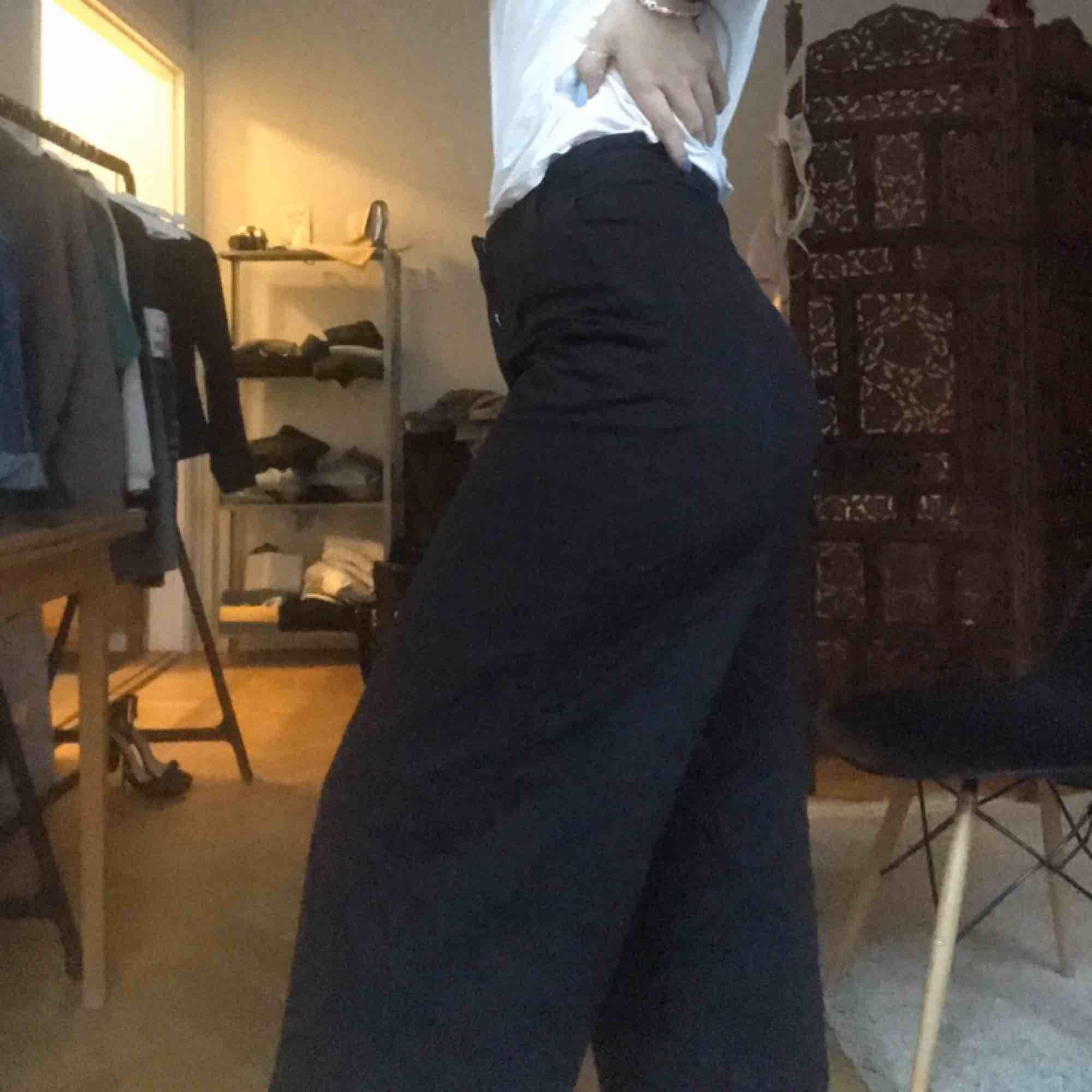 Super coola byxor ifrån monki, jätte skönt material.  Ganska korta och vida byxor. Inte riktigt min stil och är då använda 1-3 ggr. Mötas upp i Sthlm eller kund står för frakt.. jag är 1.72 cm. Jeans & Byxor.