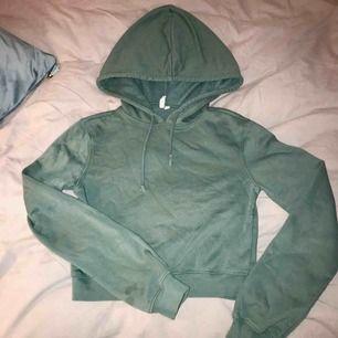 Croppad hoodie från Nelly. Använd ett fåtal gånger, bra skick. Köpen betalar frakt🌿🌿