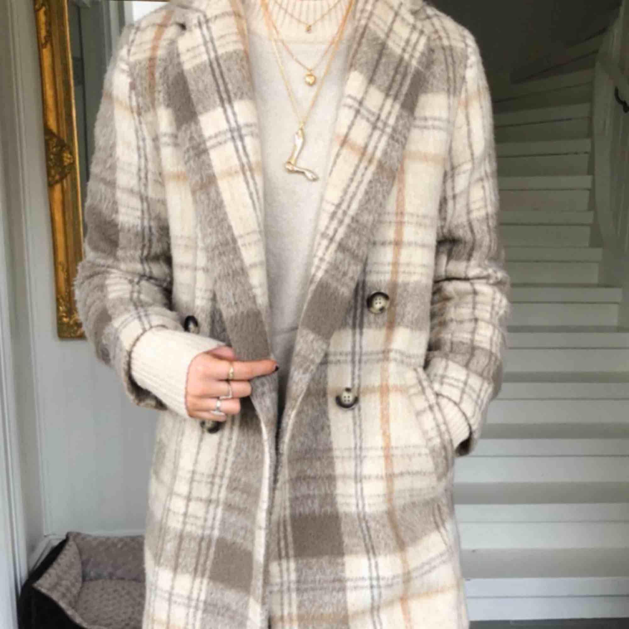Säljer den populära kappan från HM. Perfekt nu när hösten är här! Den är i storlek 38 och är sparsamt använd. Inga defekter, ser helt ny ut. (Första bilden är från hemsidan och den andra bilden är lånad)  Möts gärna upp på Södermalm eller innerstan🥰 . Jackor.