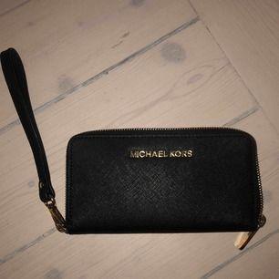 Svart, enkel plånbok från Michael Kors. Sparsamt använd. Får plats mycket i. Frakt ingår