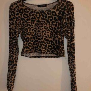 Säljer en leopardtröja från missguided, finns ingen storlek men skulle tippa på att det är en S. Kortare tröja. Köparen står för frakten (36kr)