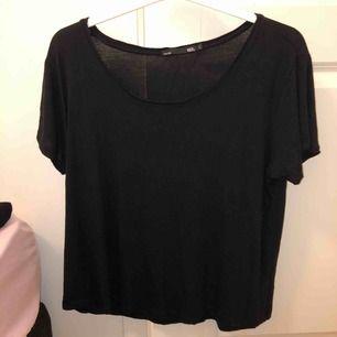 Svart t-shirt med öppen urringning