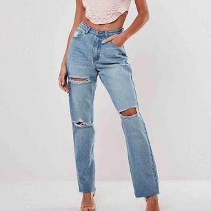 Supersnygga jeans från Missguided. Högmidjade straightjeans med slitningar. Helt nya med alla prislappar kvar. Köpta för 42€ vilket motsvarar 453kr