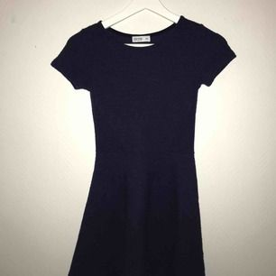 Blå klänning. Köparen står för frakt