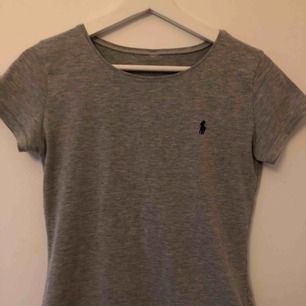 Grå tajt t-shirt från Ralph Lauren i storleken S 💞