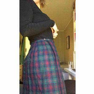 Vintage, rutig kjol i höstfärger i lite längre stuk! Fint skick, knapparna kan behövas sys åt lite. Använd ca 2 ggr av mig och köpt second hand. Pris är inkl frakt men kan även mötas runt Linköping :))
