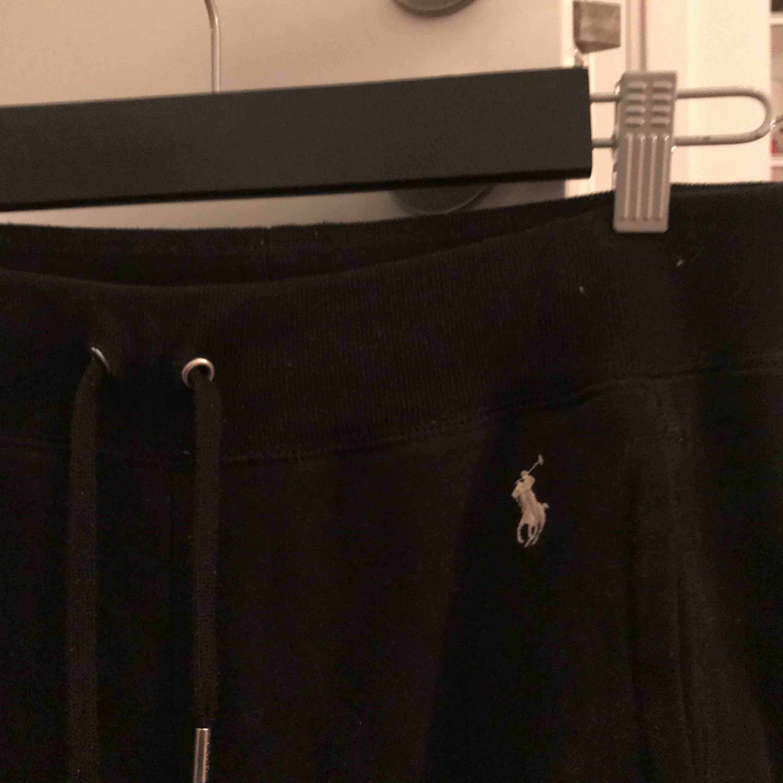 Supersköna mjukisbyxor från Ralph Lauren🖤 Har blivit lite små för mig men i fint skick, nypris: ca 700kr. Möts upp i nacka/innerstan eller köpare står för frakt!. Jeans & Byxor.