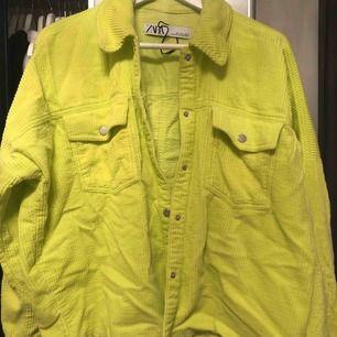 Neon gul jacka ifrån Zara totalt använd endast en gång. Pris går att diskutera