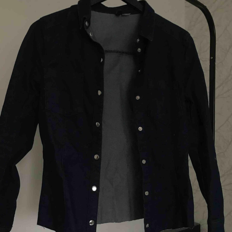Mörkblå avklippt jeansjacka från H&M. Jackor.