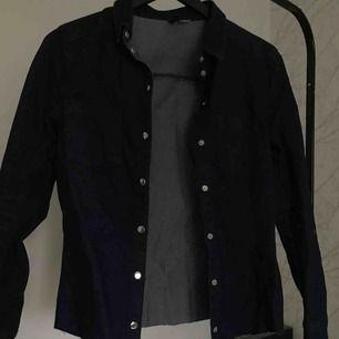 Mörkblå avklippt jeansjacka från H&M