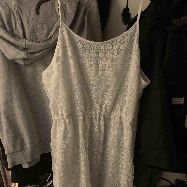 En jätte fin klänning i spets  Använd 1 gång  Frakt tillkommer . Klänningar.