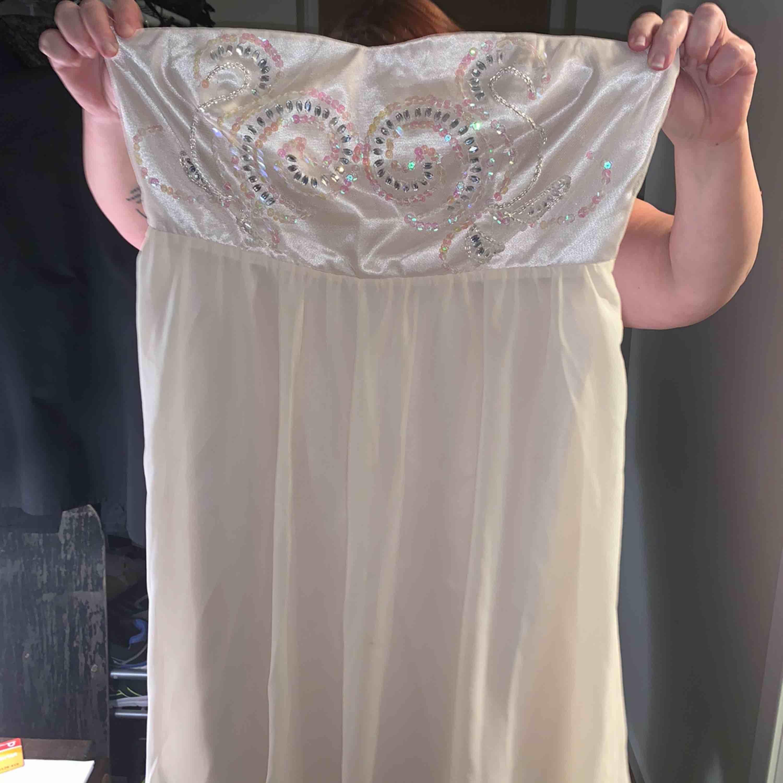 En jätte fin klänning med paljetter upptill  Använd 1 gång precis som ny Frakt tillkommer . Klänningar.