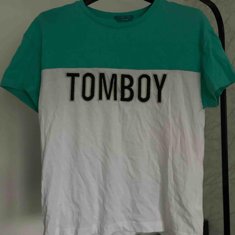 "Tröja med ""Tomboy""-tryck, . T-shirts."