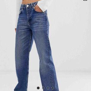 Snygga mörkblåa jeans, endast använda 1 gång så är helt som nya☺️ny pris är 450 kr, från asos.Frakt tillkommer💞