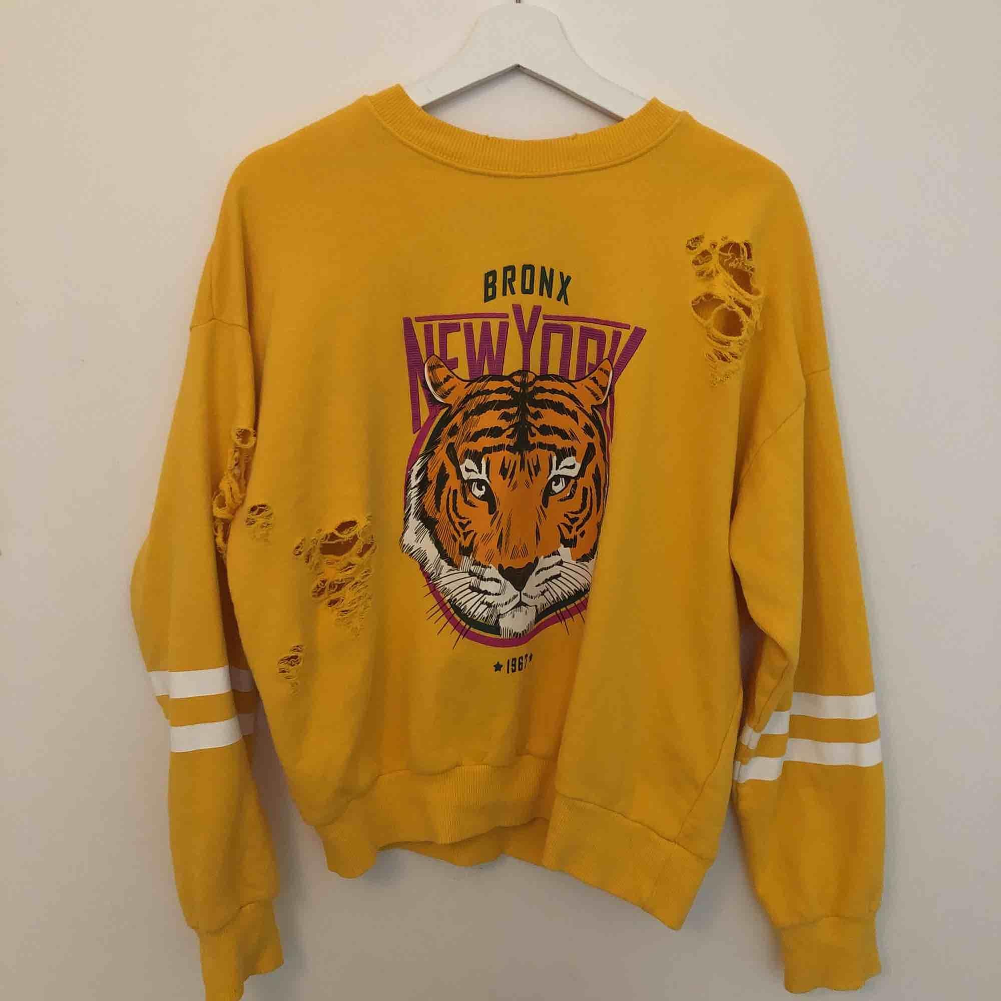Gul lejon tröja från gina i storleken S 🌼. Huvtröjor & Träningströjor.