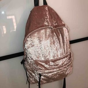 Fin och rymlig ryggsäck som har lossnat lite vid dragkedjan (se sista bilden) men annars välbehållen