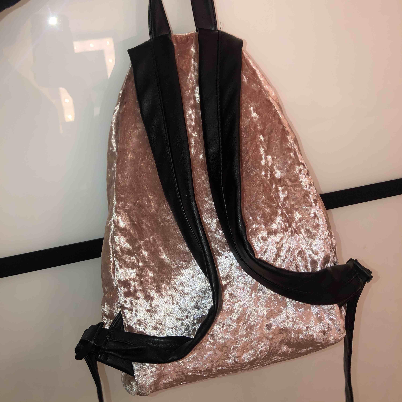 Fin och rymlig ryggsäck som har lossnat lite vid dragkedjan (se sista bilden) men annars välbehållen. Väskor.