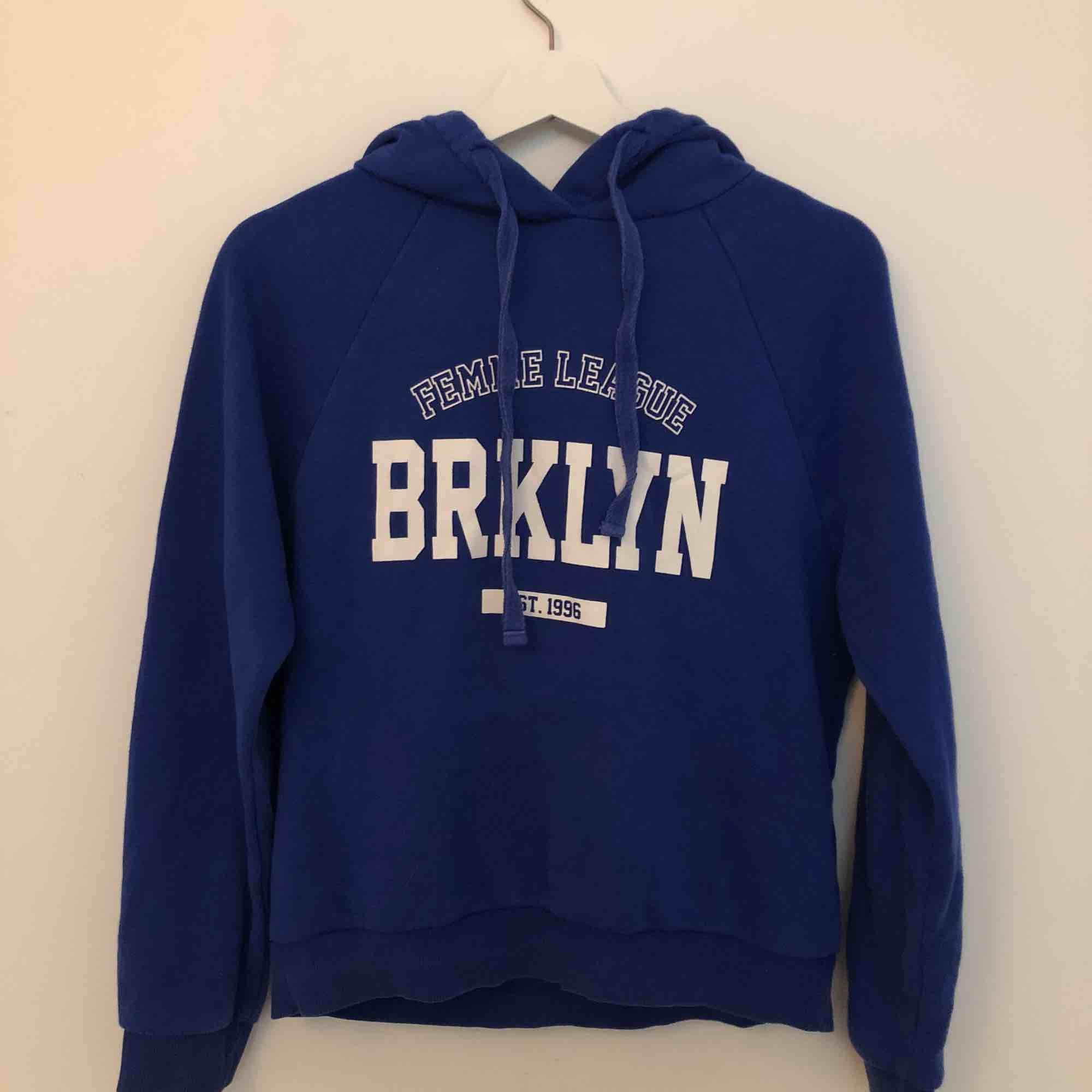 Mörkblå hoodie från Gina i storleken S💞. Huvtröjor & Träningströjor.