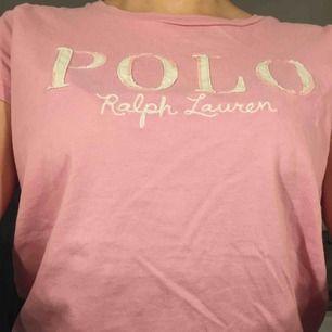 En fin rosa t shirt från Ralph lauren i storlek s/XS, jätte bra skick knappt använd